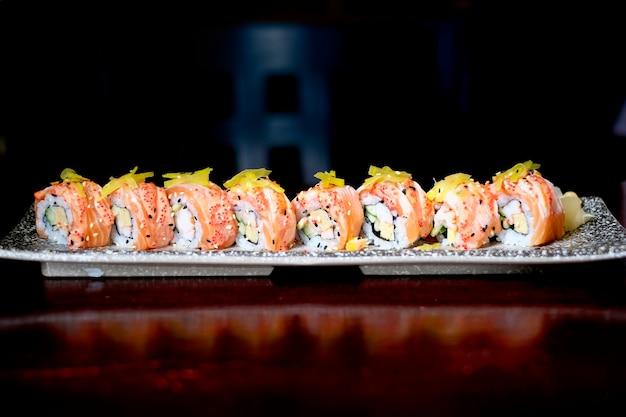Rouleau de sushi au saumon avec sauce épicée, style de cuisine japonaise