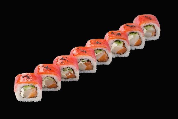 Rouleau de sushi au thon, saumon, pétoncle, fromage philadelphia, concombre, sauce unagi, sésame isolé sur fond noir