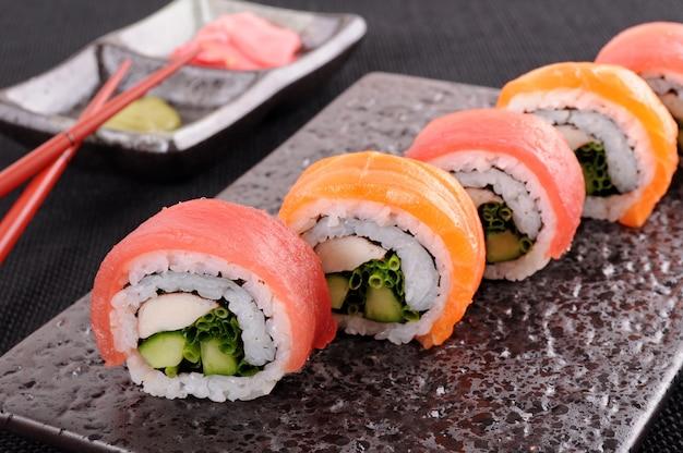 Rouleau de sushi au thon de saumon sur un plat