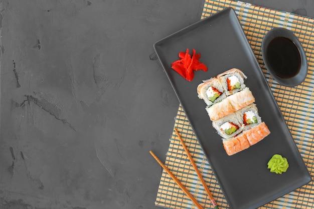 Rouleau de sushi aux crevettes sur la vue de dessus de la surface grise