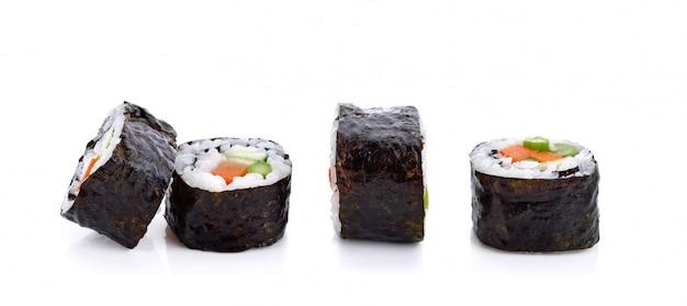 Rouleau de sushi aux légumes isolé