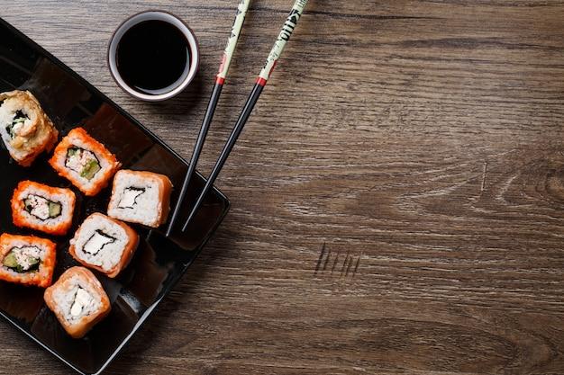 Rouleau de sushi avec des baguettes