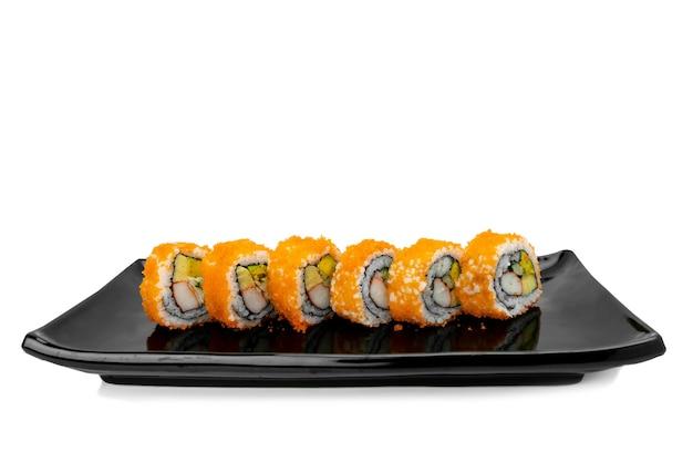 Rouleau de sushi sur blanc isolé. concept de cuisine japonaise