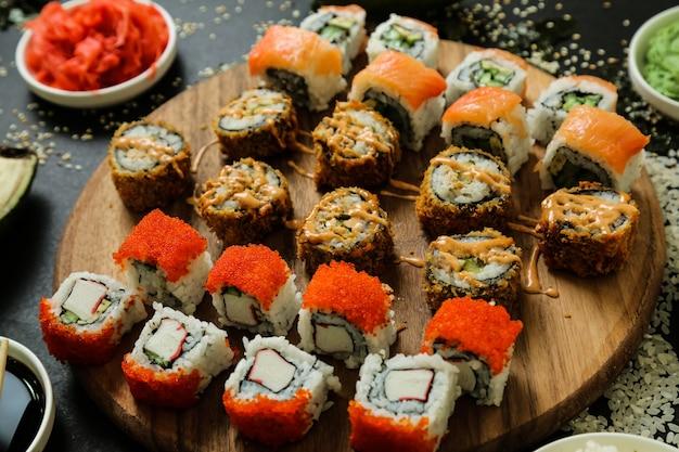 Rouleau de sushi sur le bureau surmonté d'une vue de dessus de sauce
