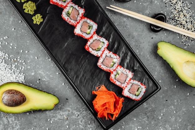 Rouleau de sushi californien au thon au caviar.