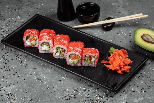 Rouleau de sushi californien au thon au caviar
