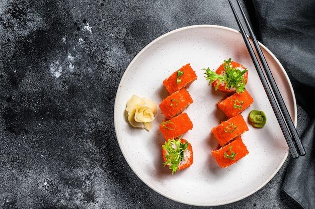 Rouleau de sushi californien à l'avocat et à la chair de crabe.
