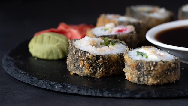 Rouleau de sushi chaud au saumon, anguille, thon, avocat, crevette royale, fromage à la crème philadelphie, tobica au caviar, chuka.