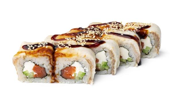 Rouleau de sushi de cuisine japonaise sur fond blanc