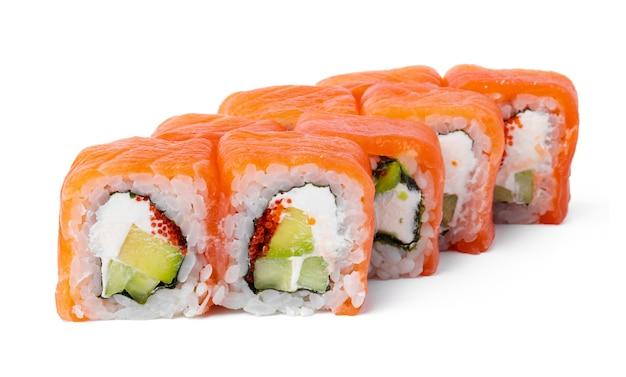 Rouleau de sushi de cuisine japonaise sur une surface blanche