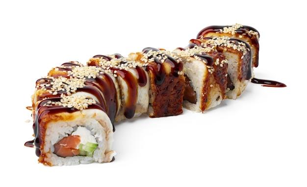 Rouleau de sushi cuit isolé sur blanc