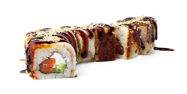 Rouleau de sushi cuit isolé sur fond blanc