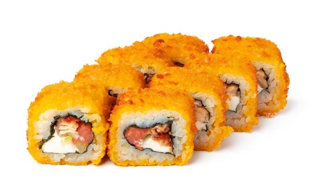 Rouleau de sushi cuit isolé sur une surface blanche