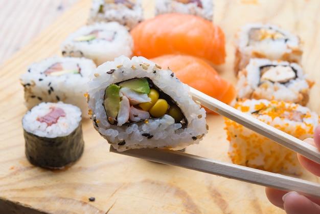 Rouleau de sushi frais fait maison sur un fond