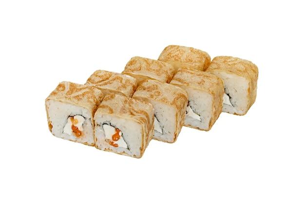 Rouleau de sushi frais avec fromage à la crème et caviar dans une crêpe frite studio tourné sur fond blanc
