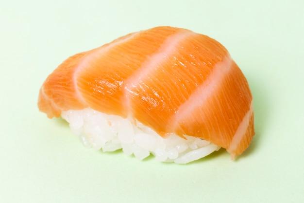 Rouleau de sushi frais gros plan