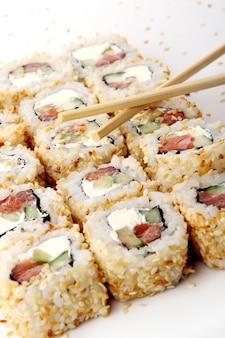 Un rouleau de sushi frais et savoureux