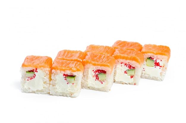 Rouleau de sushi avec des ingrédients frais isolé sur blanc