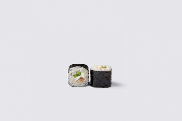 Rouleau de sushi isolé sur espace blanc