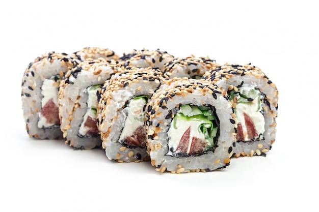 Rouleau de sushi isolé sur fond blanc.