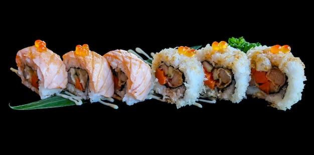 Rouleau de sushi isolé sur fond noir