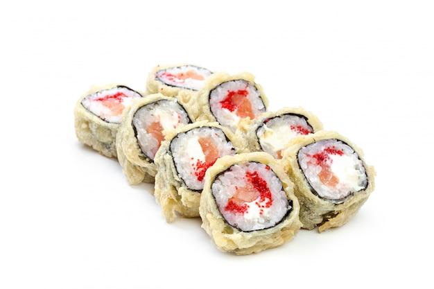 Rouleau de sushi isolé.