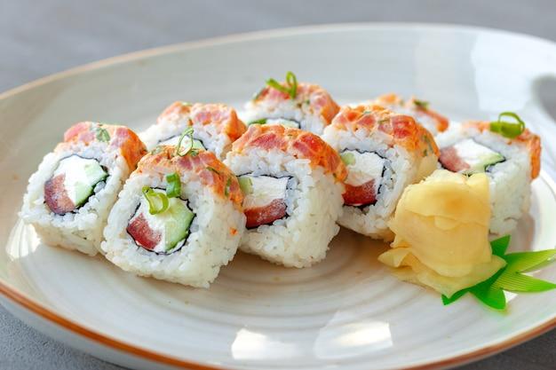 Rouleau de sushi japonais au saumon sur assiette