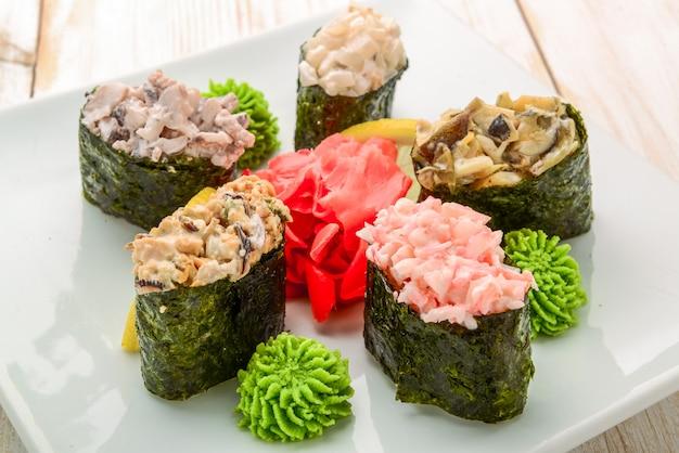 Rouleau de sushi japonais garni d'une tranche de saumon épicée