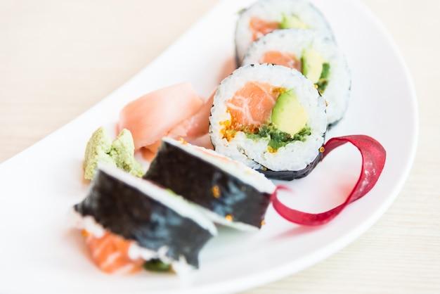 Rouleau de sushi maki au saumon