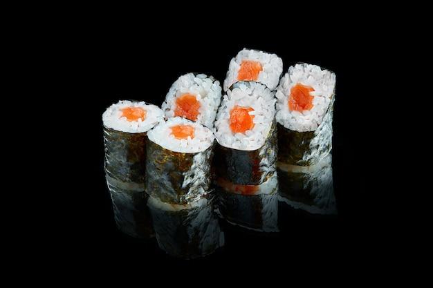 Rouleau de sushi maki japonais traditionnel avec du saumon. fermer