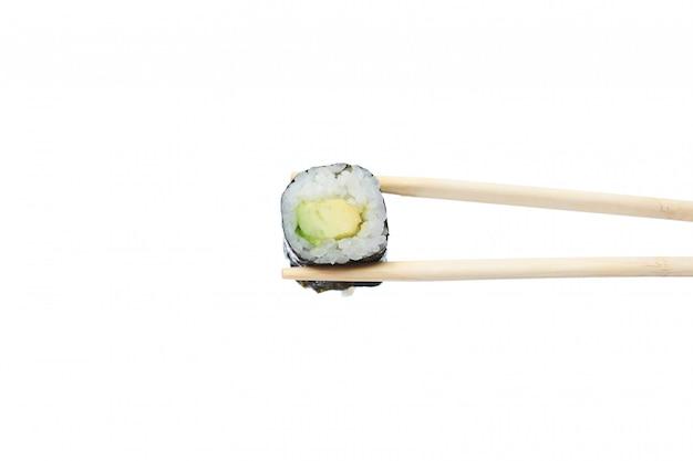 Rouleau de sushi maki végétarien frais avec des baguettes en bois isolé sur blanc