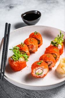 Rouleau de sushi maki avec de la viande d'avocat et de crevettes.