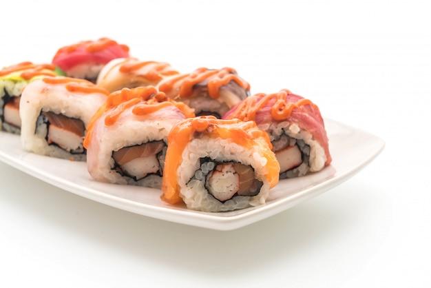 Rouleau de sushi mélangé avec une sauce épicée - style de cuisine japonaise