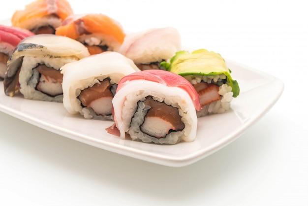 Rouleau de sushi mixte - style de cuisine japonaise