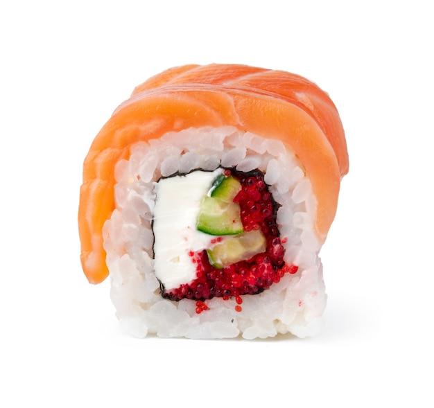 Rouleau de sushi de philadelphie isolé sur une surface blanche
