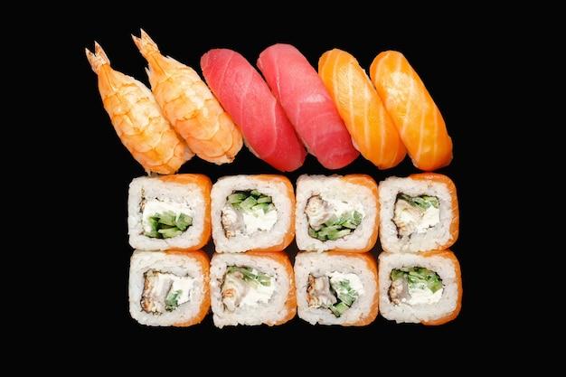 Rouleau de sushi avec saumon, anguille, fromage philadelphia, caviar rouge, caviar tobiko, concombre, chuka