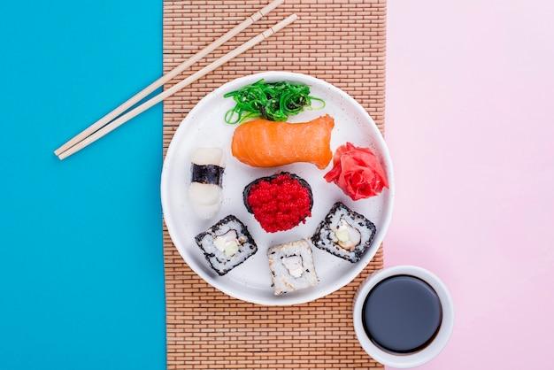 Rouleau de sushi savoureux sur plaque