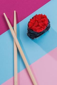 Rouleau de sushi savoureux à plat