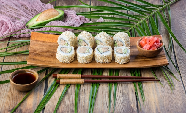 Rouleau de sushi serti de thon