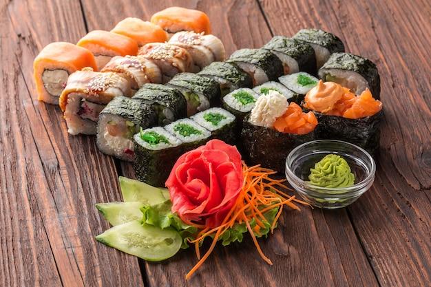 Rouleau et sushi sur la table en bois.