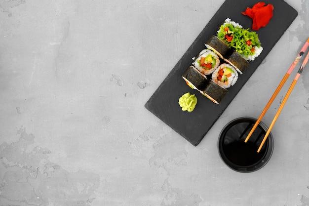 Rouleau de sushi végétarien aux légumes sur fond gris