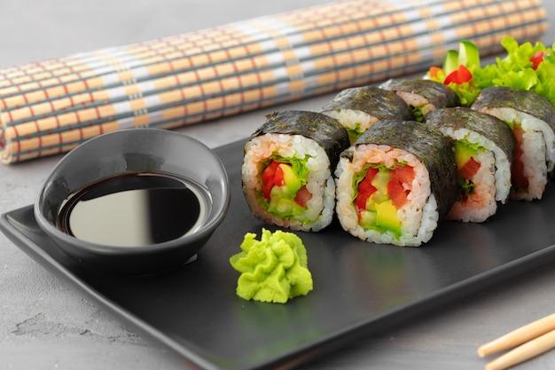 Rouleau de sushi végétarien aux légumes sur plaque de pierre