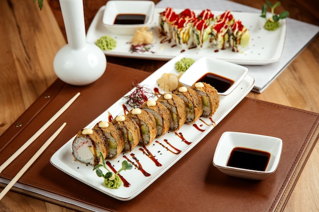 Rouleau de tempura chaud avec chair de crabe nori gingembre wasabi et sauce soja te