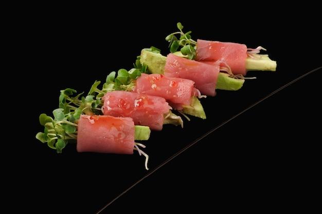 Rouleau de thon frais, avocat, microgreen