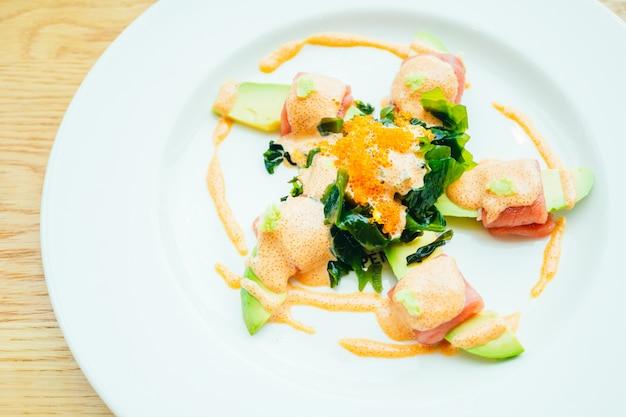 Rouleau de thon à la salade d'avocat