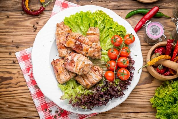 Rouleau de viande de boeuf farci au poulet et romarin au thym de porc