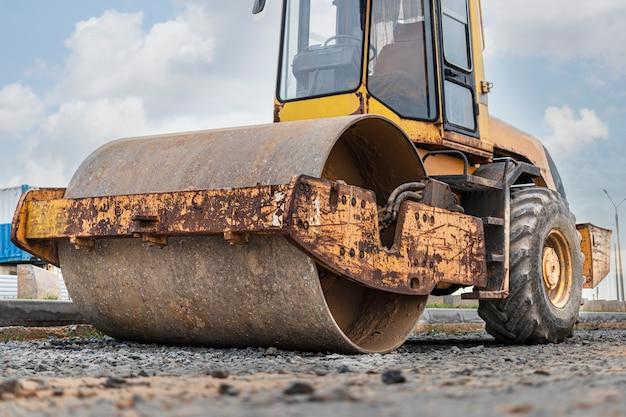 Rouleau vibrant robuste pour le pavage d'asphalte. construction de route. construction de routes et de communications de transport urbain. machinerie lourde.