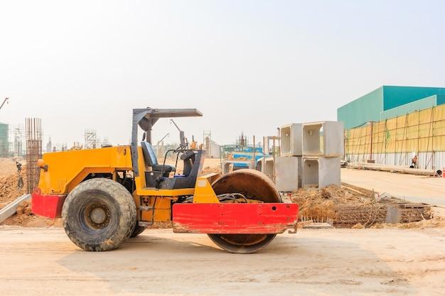 Rouleau de vibration du sol lors du compactage du sable sur le chantier