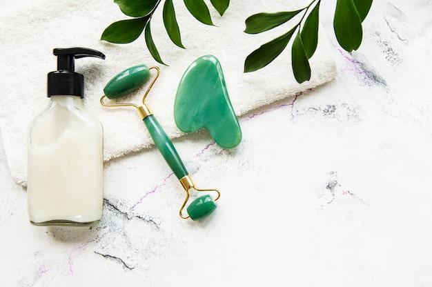 Rouleau de visage en jade pour la thérapie de massage du visage de beauté avec serviette