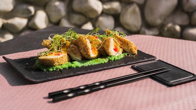 Rouleaux asiatiques avec des herbes et des épices
